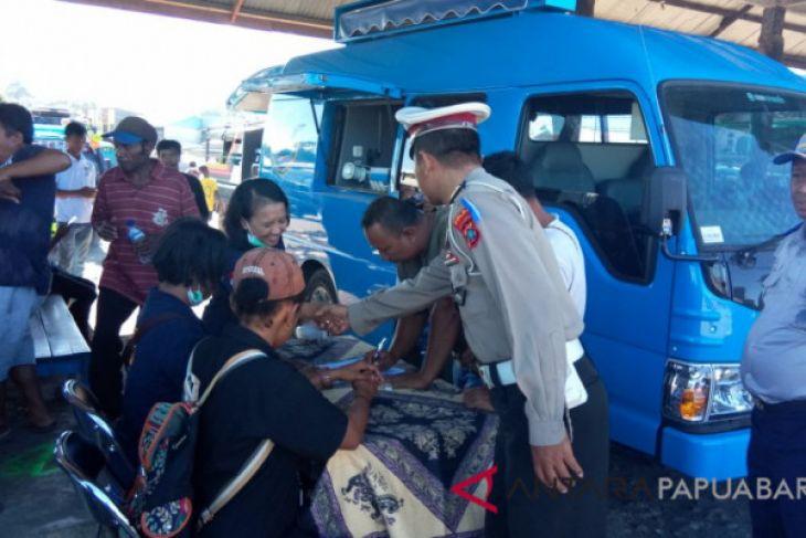 Supir angkutan umum Manokwari jalani pemeriksaan urine