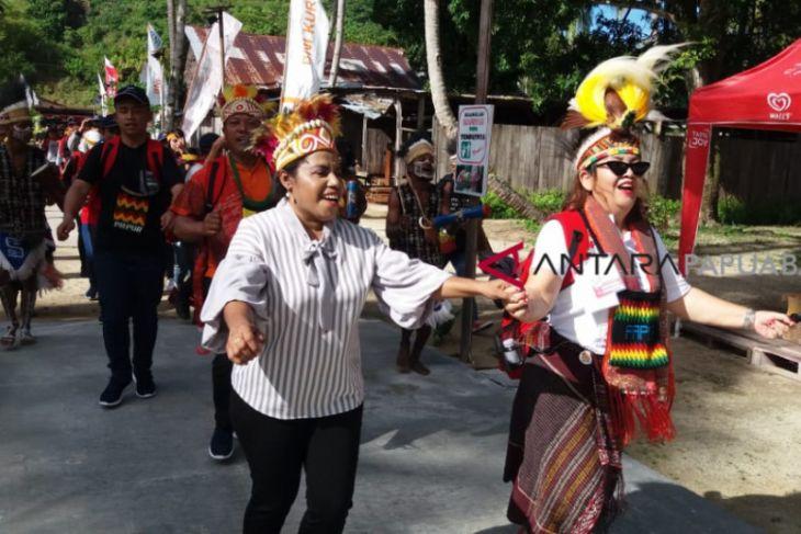 Tarian Adat Suku Moi Sambut Kunjungan SMN Sumut
