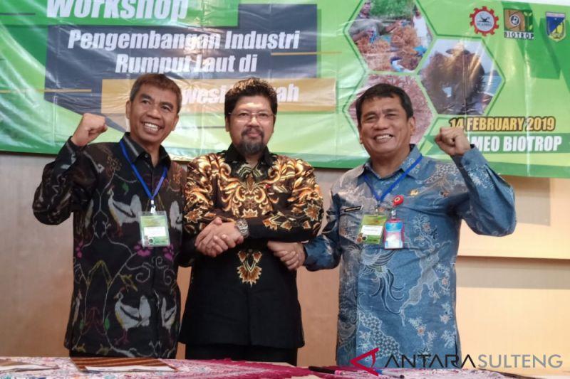 Dr Hasanuddin Atjo (kiri) bersama Direktur Seameo Biotrop Dr Irdika Mansur Dr Muh Nur Sangaji (Univeristas Tadulako Palu) bersalaman usai menandatangani MoU pengembangan teknologi budidaya rumput laut di Bogor