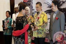 Syahrir Dinobatkan Tokoh Indonesia 2016-2017