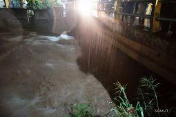 Hujan mengguyur Padangsidimpuan akibatkan air sungai naik ke badan jalan
