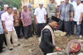 Dahlan Letakkan Batu Pertama Pembangunan Pagar Masjid
