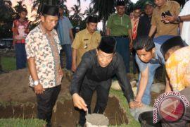 Dahlan Meletakkan Batu Pertama Pembangunan Mushalla