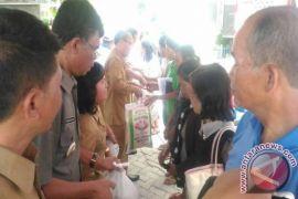 Inalum dan Pemkab Samosir Bagi Paket Sembako