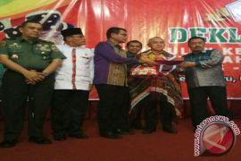 Bupati Tapsel Ulosi Gubernur Riau