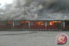 Siswa Belajar Aplusan Pasca Kebakaran Sekolah di Taput