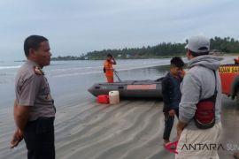 Anak hilang terseret ombak di Pantai Sirombu