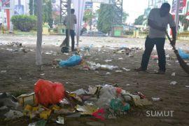 Simpatisan bersihkan sampah pasca deklarasi