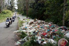 Tumpukan sampah lingkar Danau Toba