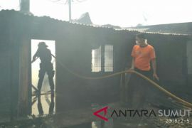 Kompor bakar belasan rumah