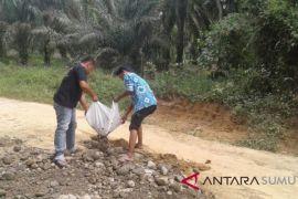 Warga desa perbaiki jalan secara swadaya