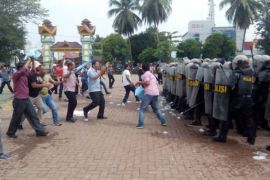 Massa bentrok dengan petugas Kepolisian