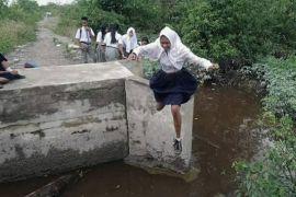 Jembatan putus, pelajarpun lompat