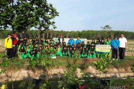 Sekolah Adiwiyata  tanam 100 lohon di hutan kota