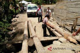 Jembatan darurat Saono ambruk