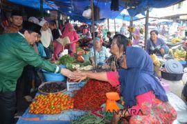 Calon Wali Kota Isnandar sapa pedagang di pasar