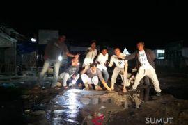 Jelang lebaran, relawan Darajat cor jalan rusak