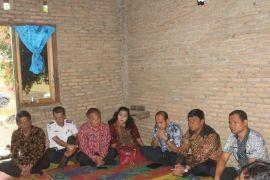 Pejabat Pemkab Samosir layat korban tenggelam