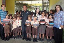 Pelajar kurang mampu dapat sepatu sekolah