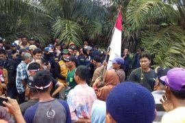 Warga Desa Paya Bagas demo kebun PTPN III Rambutan