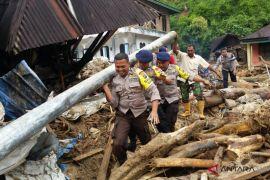 Brimob bantu korban banjir Madina