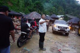 Bupati turut bersihkan material pasca  banjir