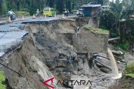 Ruas jalan provinsi di Simalungun amblas
