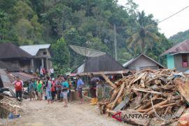 Pengungsi banjir Madina ditempatkan di sekolah