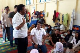 Boby Nasution serahkan bantuan banjir Muara Saladi