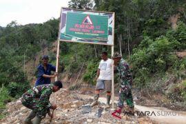 Koramil Kotanopan pasang banner bahaya longsor