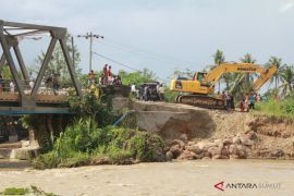 Oprit jembatan Lintas Timur yang amblas diperbaiki