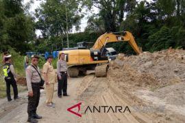 Pembersihan longsor Toba Samosir gunakan lima escavator