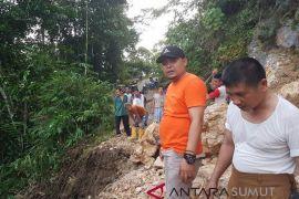 Longsor timbun akses jalan di Gunungsitoli