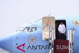 Awali kunjungan di Jatim, Presiden kenakan baju ala santri
