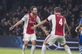 Blind minta semua pemain Ajax menandatangani bola trigolnya