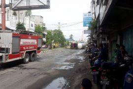 Evakuasi truk bawa 15 ton elpiji terguling menunggu crane