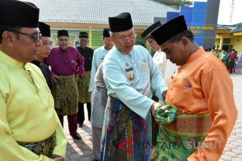 Aparatur Sergai pakai baju adat Melayu