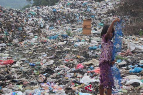 Pelajar ini hidup di ribuan tumpukan sampah