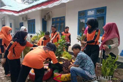 Limbah sampah dimanfaatkan jadi pot bunga