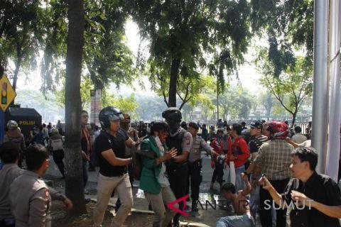 Dua kelompok pengunjukrasa terlibat bentrok