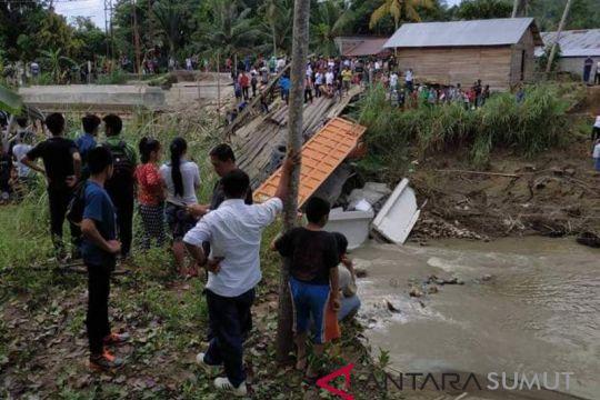 Jembatan darurat penghubung Nias dan Nias Selatan ambruk