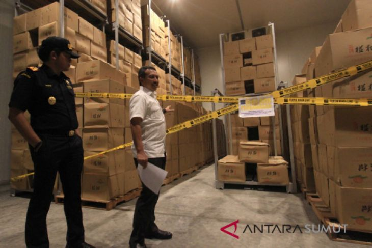 Belawan customs seizes seven containers of illegally imported chinese fruits