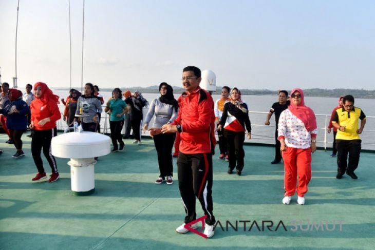 Gubernur Sumut rasakan sensasi senam di atas kapal