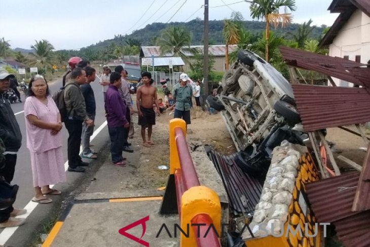 Mobil pemudik terbalik, empat penumpang dirawat