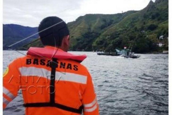 Kapal penyeberangan Danau Toba putus tali kemudi