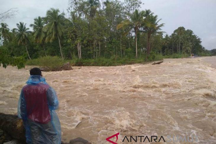 Ratusan meter tanggul penahan banjir di seret air Batangtoru