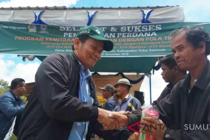PT. TPL serahkan 625  perangkap hama kepada kelompok tani kopi Desa Simare