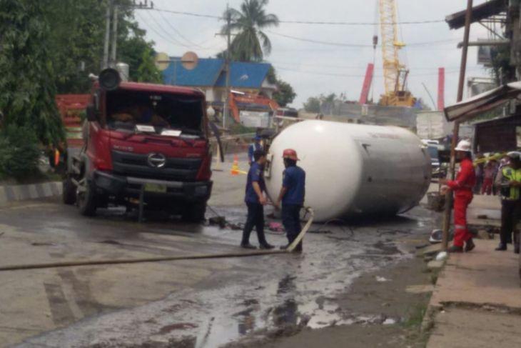 Tabung elpiji 15 ton berhasil dilepas dari truk terguling