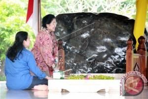 Megawati Sekeluarga Ziarah Makam Soekarno