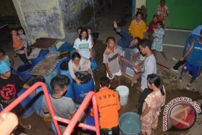BPBD Salurkan Air Bersih Hingga Malam Hari